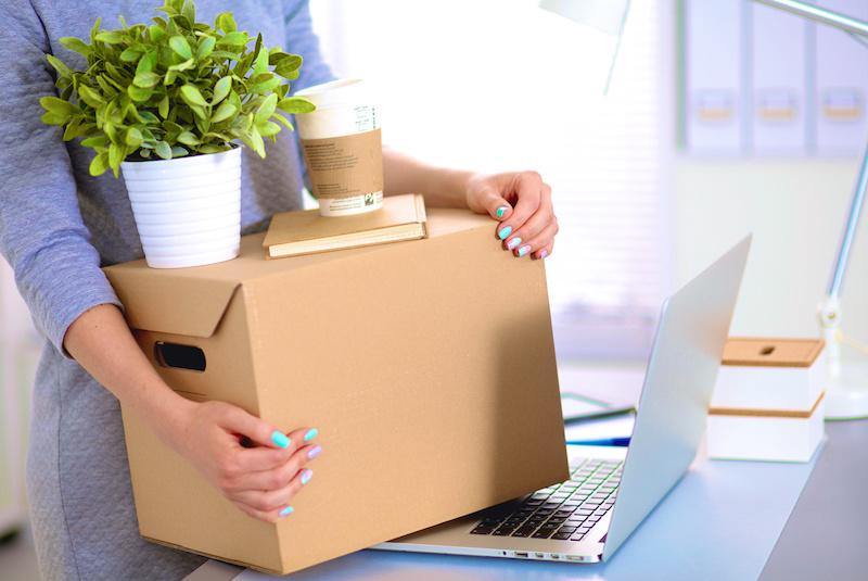 офис-менеджер девушка с коробкой для переезда офиса фото